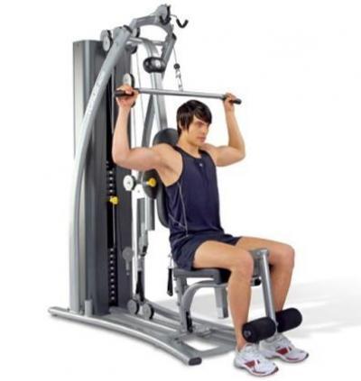 在健身房使用器械进行重量训练
